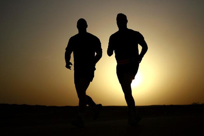 Илюстративна снимка на бягащи мъже