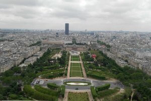 Марсово поле пред Айфеловата кула в Париж